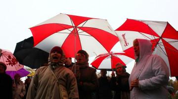 Бабушки с красно-белыми зонтиками