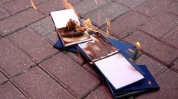 Студенти палять залікові книжки