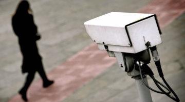 Камера спостереження і дівчина