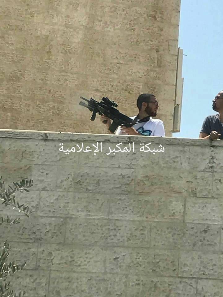 Поселенец, убивший протестующего палестинца. «Такое оружие для поселенца — это типично. Их вооружают только самым лучшим оружием».