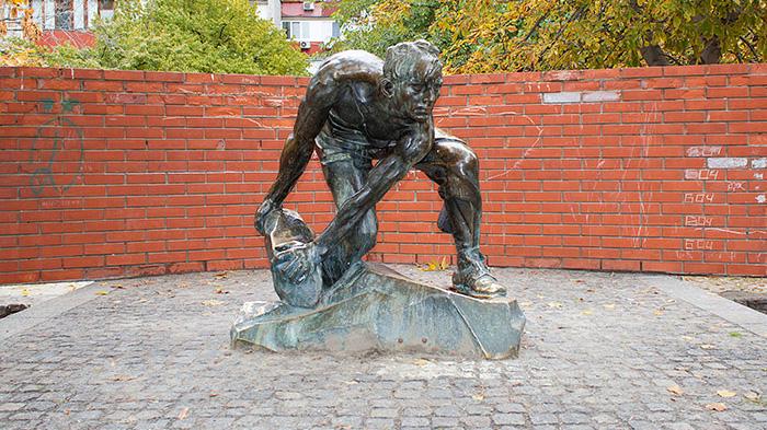 "Художня акція до демонтажу скульптури ""Каменюка - зброя пролетаріату"""
