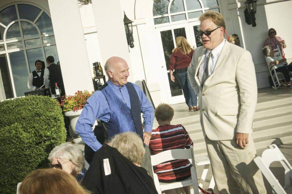 Пастор К. Росс Ньюленд и Джон Салвесен разговаривают после тренинга во дворе отеля Hilton Marietta. Фото: Давид Кравчик
