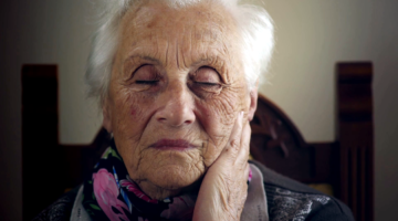 sad-old-woman-with-makeup-closing-her-eyes_sxzepqxb5l_thumbnail-full01